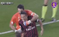 Enlace a El buen rollo entre Buffon y Bacca tras el paradón de Buffon en la Supercopa