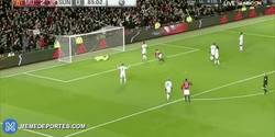 Enlace a GIF: Golaaaaaaaaazo de Mkhitaryan con una acrobacia de tacón. ¿El gol de la temporada?