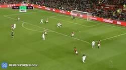 Enlace a GIF: El sensacional golazo que marcó Borini ante el Manchester United