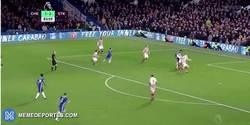 Enlace a GIF: Goooooolazo de Diego Costa que mata el partido frente al Stoke. ¡MENUDA BESTIA!