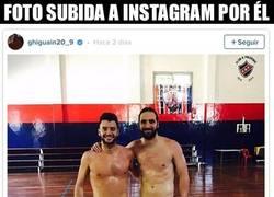 Enlace a Higuaín retoca sus fotos pero olvida que hay un vídeo donde se le ven las lorzas