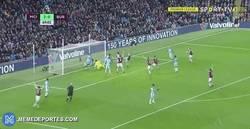 Enlace a GIF: El ridículo espantoso de Claudio Bravo en el gol del Burnley