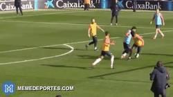 Enlace a GIF: Messi se da lujos hasta en los entrenamientos con este golazo