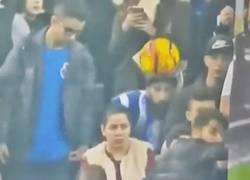 Enlace a GIF: ¿Ves esta mujer tan tranquila viendo el partido? Pues espera...