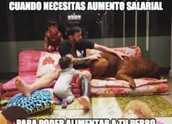 Enlace a El perro de Messi es ya tan grande que no cabe ni en el sofá de casa