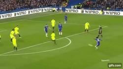 Enlace a GIF: De una larga serie de rebotes, salio el golazo que hizo Pedro en FA Cup