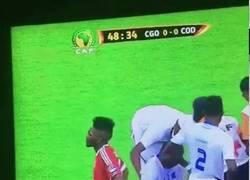 Enlace a GIF: Mientras tanto, en la Copa África... el coche-camilla atropella a un jugador que era atendido