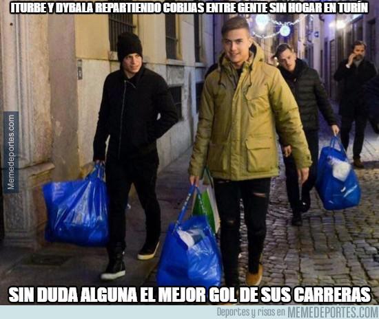 939624 - Iturbe y Dybala repartiendo cobijas entre gente sin hogar en Turín