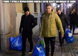 Enlace a Iturbe y Dybala repartiendo cobijas entre gente sin hogar en Turín