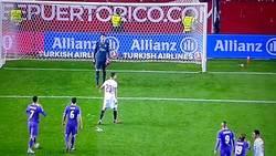Enlace a Hoy, en 'Cosas que puedes hacer si eres jugador del Madrid o del Barça': Dar un balonazo a un rival