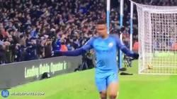 Enlace a GIF: Gabriel Jesus haciendo un Higuaín en la Premier League