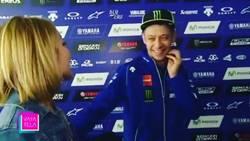Enlace a Una periodista le tira fichas a Valentino Rossi de forma descarada