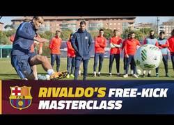 Enlace a Rivaldo imparte en La Masía una clase magistral de cómo tirar faltas