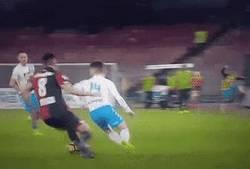 Enlace a GIF: Driens Mertens vacilando en la Serie A
