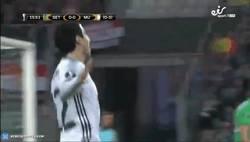 Enlace a GIF: Mkhitaryan marca y deja prácticamente sentenciada la eliminatoria
