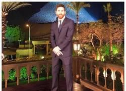 Enlace a Messi con un traje normal