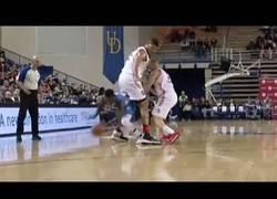 Enlace a Jugada imposible de Nate Robinson… ¡Pasa por debajo de las piernas de su rival!