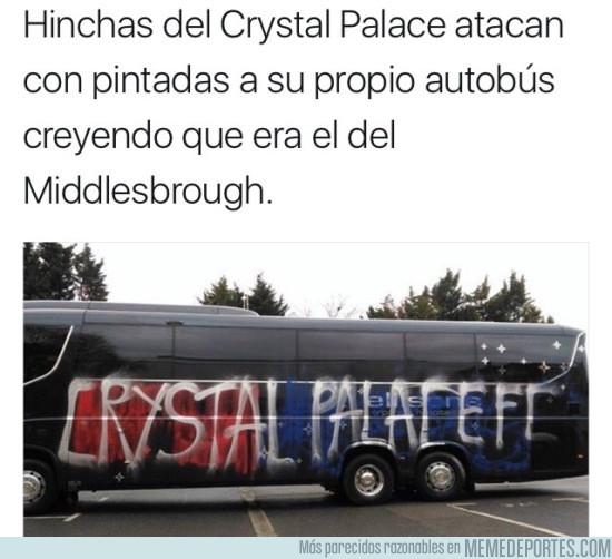 952283 - Ultras del Crystal Palace vandalizaron su propio bus por equivocación