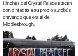 Enlace a Ultras del Crystal Palace vandalizaron su propio bus por equivocación