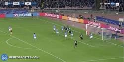 Enlace a GIF: Gooooooool de Ramos de cabeza en un córner que pone muy de cara el partido para el Madrid