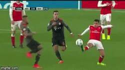 Enlace a GIF: La tremenda entrada de Vidal sobre Alexis, ¡y ni siquiera recibió amarilla!