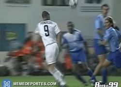 Enlace a GIF: El día que Ronaldo y Raúl fueron aplaudidos por la defensa rival