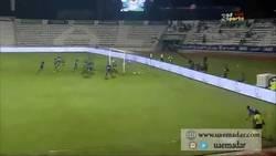 Enlace a GIF: Golazo olímpico de Khamees Mahmoud en la liga de EAU