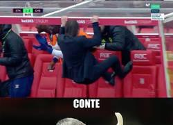 Enlace a Conte celebrando como un mono en el banquillo