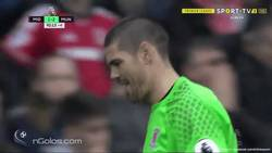 Enlace a GIF: ¡¡Vaya mala suerte!! Valdés resbala y le deja el gol en bandeja a Valencia