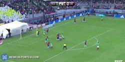 Enlace a GIF: Keylor Navas vuelve a tener otro fallo tremendo ahora con Costa Rica frente a México