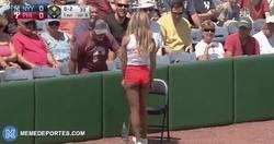 Enlace a GIF: El tremendo fallo de esta recogepelotas en la MLB al intentar receptar la bola