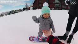 Enlace a Cuando una niña de 1 año hace snowboard mejor que tú