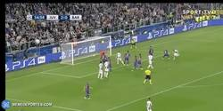 Enlace a GIF: Goooooooooool de Chiellini que supera a Mascherano en el marcaje y marca con facilidad