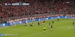 Enlace a GIF: Goooool de Arturo Vidal que adelanta al Bayern en el Allianz Arena