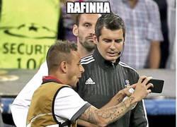 Enlace a Rafinha informando al cuarto árbitro