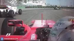 Enlace a GIF: La peineta de Vettel a Massa por no dejarle doblar