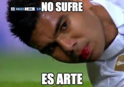 Enlace a Casemiro sangrando en el campo, por @TraedRuffles