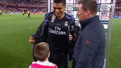 Enlace a El enorme gesto de Casemiro con un niño que saltó al campo del Granada al terminar el partido