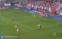 Enlace a GIF: Golazo de Robben que le daba la victoria al Bayern por 4-5 frente al Leipzig