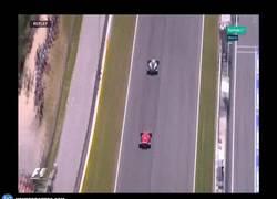 Enlace a GIF: Grandísimo adelanto de Vettel a Bottas por la primera posición.