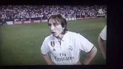 Enlace a Genial las caras de Modric y Bale al enterarse que el trofeo de @LaLiga no se daba ayer