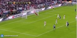 Enlace a GIF: Gooooooooool de Pogba que adelanta al United con ayuda del defensa