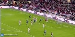 Enlace a GIF: Golaaaaaaazo de Mkhitaryan que amplía distancias en el marcador