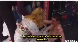 Enlace a GIF: Madre abofetea a su hijo en mitad de una pelea de UFC
