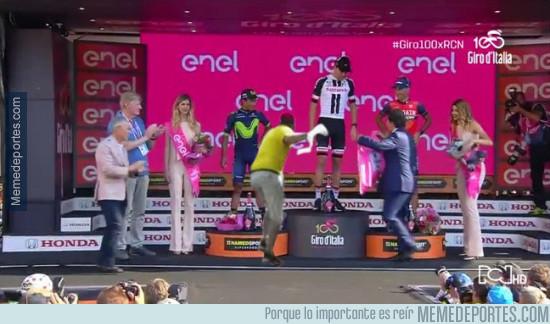 978514 - Lo que no se vio en el podio del Giro