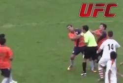 Enlace a VERGONZOSO. Pelea entre un árbitro y jugadores en Liga Amateur argentina