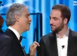 Enlace a Higuaín intentando dar la mano a Andrea Bocelli. Cada vez pone el listón de sus ridículos más alto