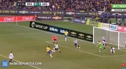 Enlace a GIF: El doble fallo de Gabriel Jesús y Willian vs Argentina que parece un fail del FIFA