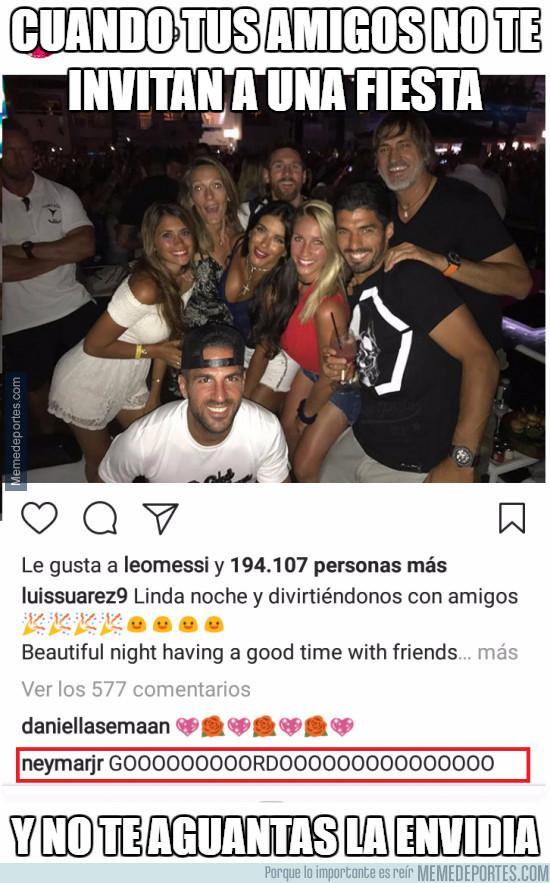 981768 - Neymar comentando las fotos de fiestas de sus compañeros