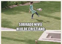 Enlace a El hijo de Cristiano crea porterías para jugar a fútbol a otro nivel